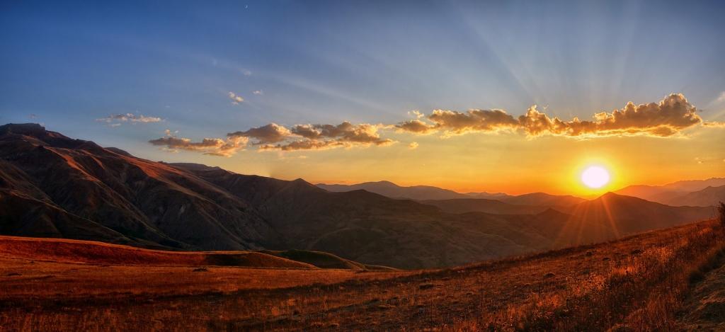 solnedgång över berg